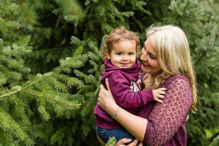 Innige Momente zwischen Mama und Kind, gibt es beim Familien Fotoshooting ganz in der nähe von Stuttgart