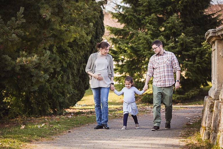 Schwangerschaftsfotos als Familie im Park