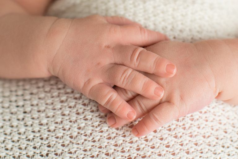 zarte Fingerchen von einem neugeborenen Baby