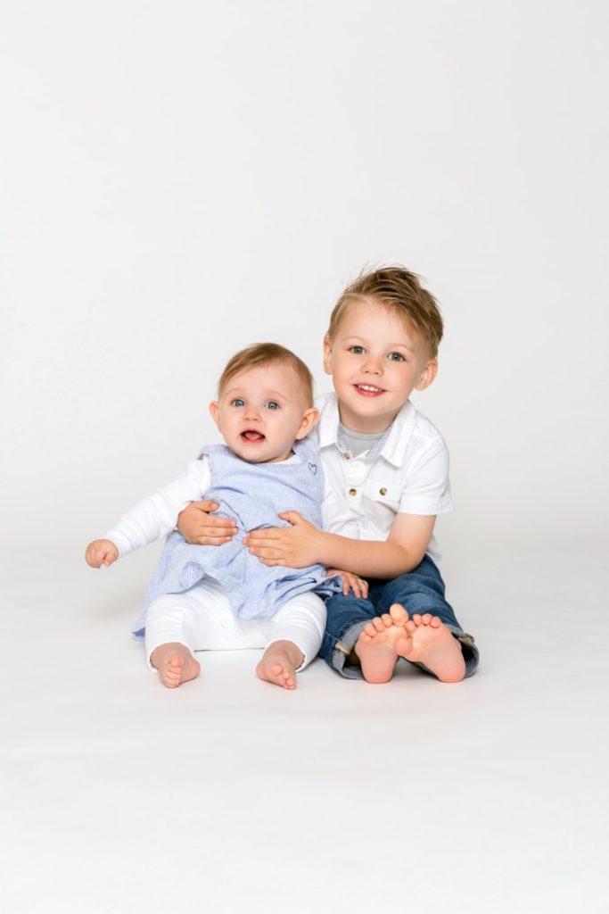 Bruder und Schwester auf einem Geschwisterfoto