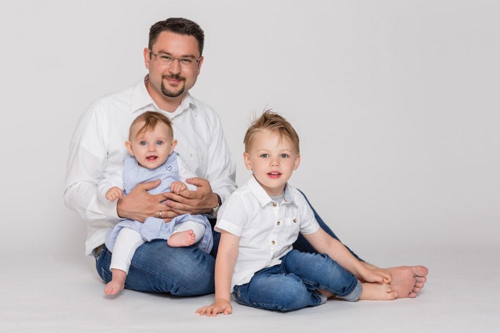 Papa mit seinen Kindern im Fotostudio