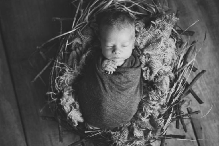 Neugeborenenfotografie in schwarz weiß