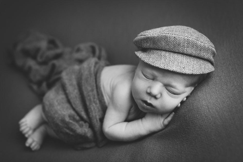 Neugeborenenfotos mit einem kleinen Jungen aus Schwäbisch Gmünd