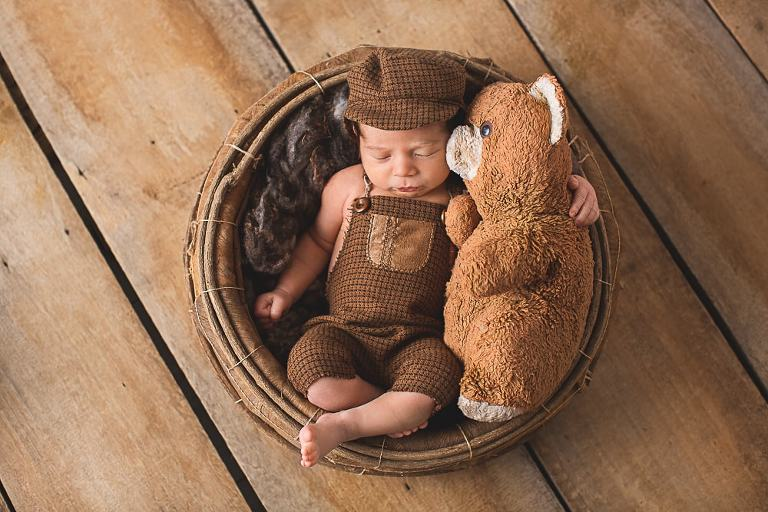 Babyfotografie mit Teddybär vom Papa
