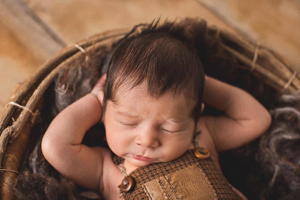 ganz entspannt beim Neugeborenenshooting