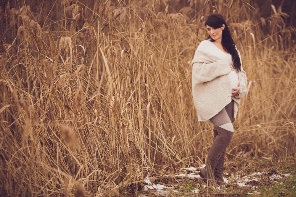 Babybauchfotografie im Winter draußen