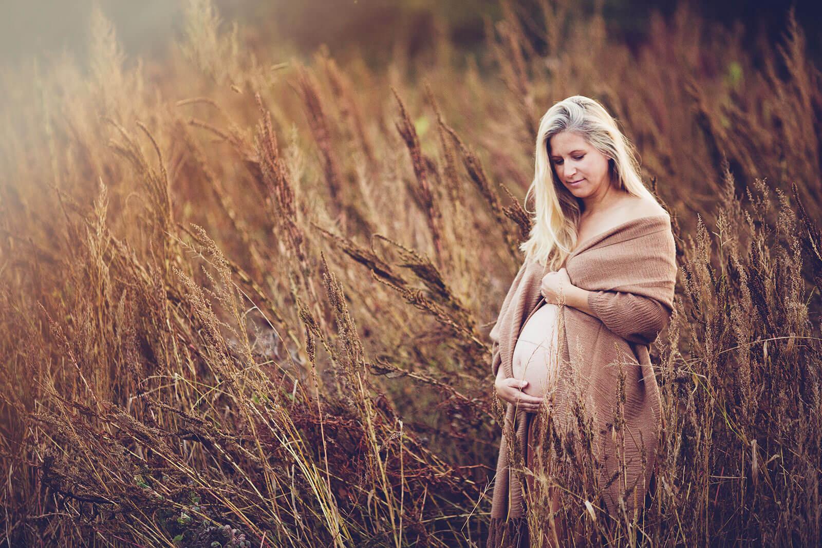 Babybauch Fotoshooting in der Natur