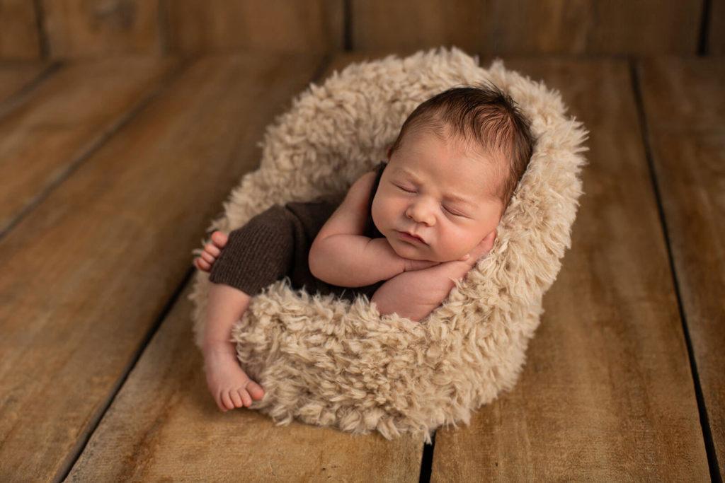 Baby in einem kleinen Sessel beim Fotoshooting