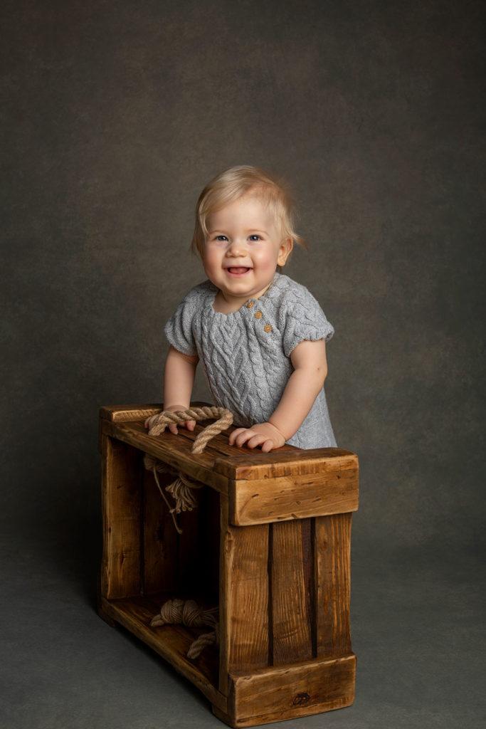 Kindershooting Baby-Fotoshooting Kleinkind-Fotografie Kinderfotos in Stuttgart dunkler Hintergrund Holzkiste Kinder Posen Portrait