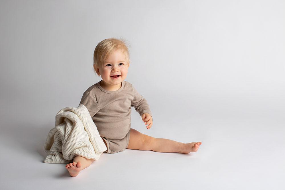 Kinder Fotoshooting natürlich weiß beige braun helle Farben Naturmaterialien Studiofotografie Babyfotograf Kinderfotograf