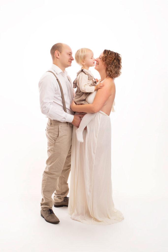 Familienfotoshooting Babybauch Fotoshooting in weiß creme beige