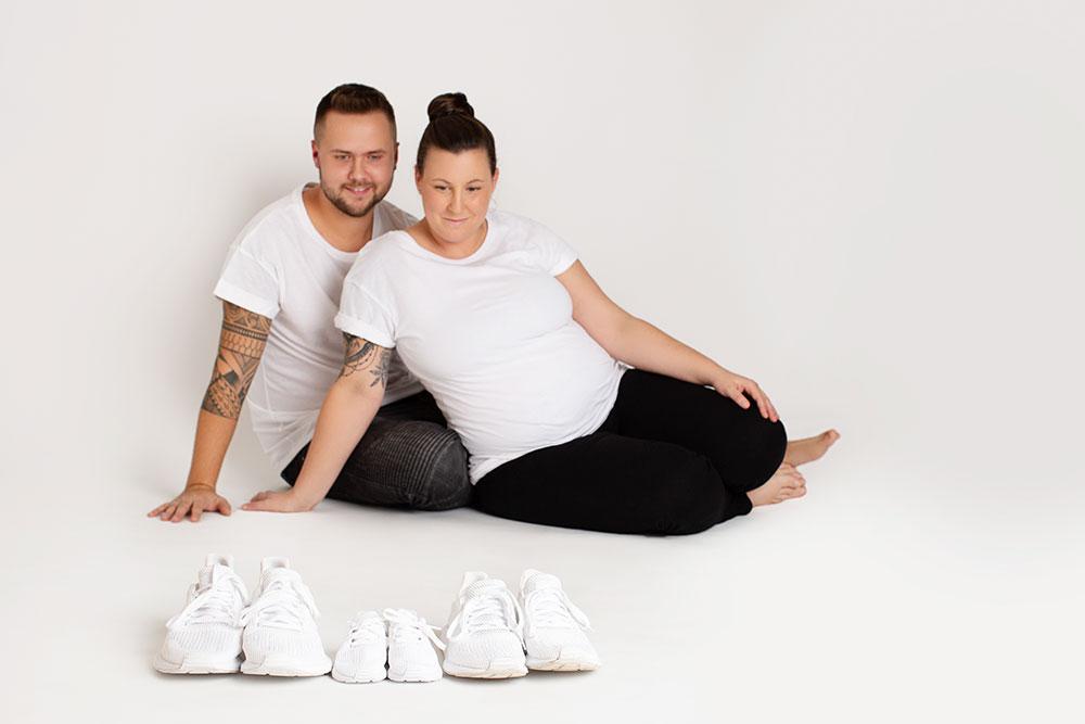 Einheitliche Outifts beim Babybauch-Shooting Weiß Schwarz einheitliche Farben