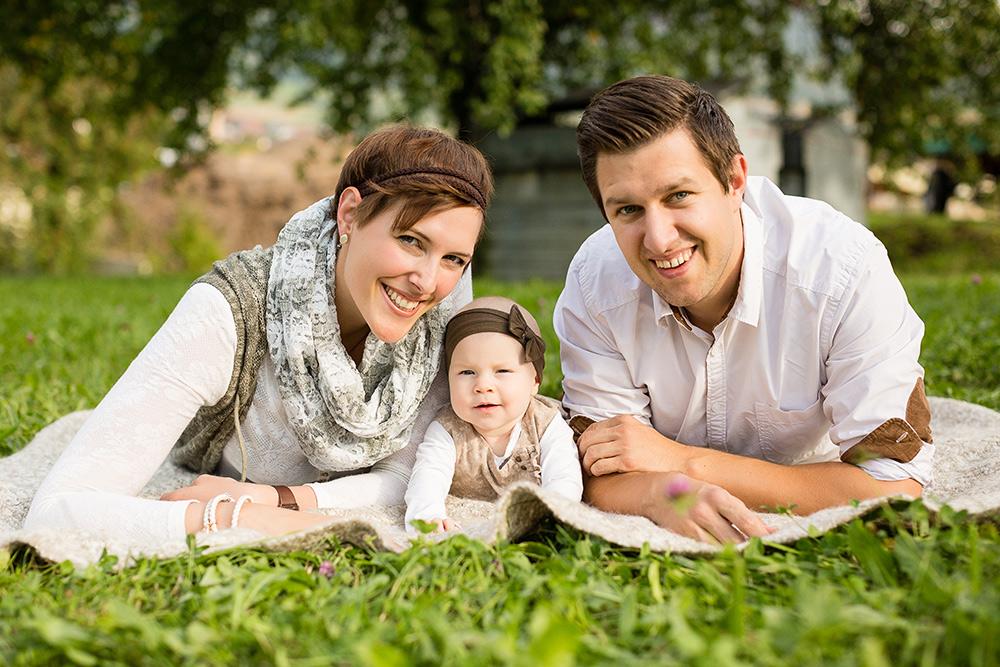 Familienfotos natürlich draußen Familienportraits in der Natur authentische Familienfotos zum Muttertag für Mama oder Oma