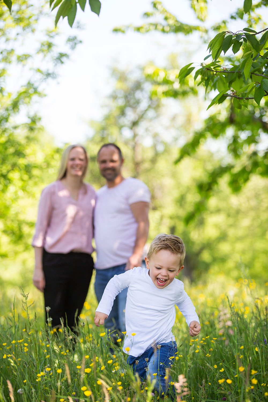 fröhliche Familienfotos bei Outdoor Shooting